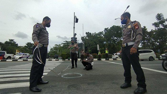 Petugas Kepolisian dari Satlantas Polresta Pontianak saat melakukan olah TKP kecelakaan beruntun di Jalan Ahmad Yani Pontianak, Selasa 15 Juni 2021.