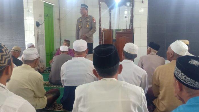 Safari Jumat di Masjid Al-Atqia, Ini Yang Disampaikan Kapolsek Tebas pada Jamaah