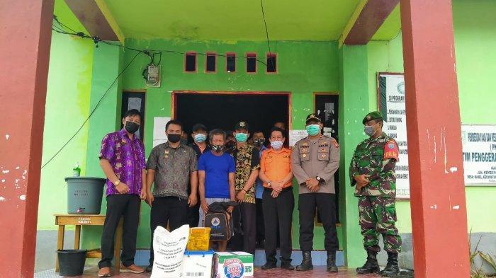 Pemkab Sanggau Serahkan Bantuan Sosial kepada Warga Korban Kebakaran Rumah di Desa Majel Bonti