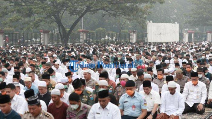 FOTO: Suasana Salat Istisqa, Berdoa Meminta Hujan di Kantor Gubernur Kalbar - salat-istisqa-salat-minta-hujan-di-halaman-kantor-gubernur-kalimantan-barat-1.jpg