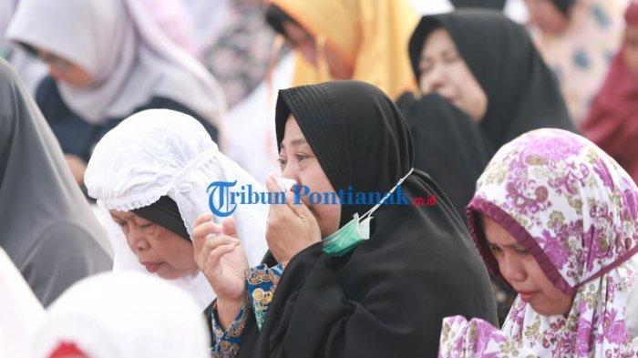 FOTO: Suasana Salat Istisqa, Berdoa Meminta Hujan di Kantor Gubernur Kalbar - salat-istisqa-salat-minta-hujan-di-halaman-kantor-gubernur-kalimantan-barat-2.jpg