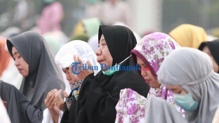 FOTO: Suasana Salat Istisqa, Berdoa Meminta Hujan di Kantor Gubernur Kalbar - salat-istisqa-salat-minta-hujan-di-halaman-kantor-gubernur-kalimantan-barat-4.jpg