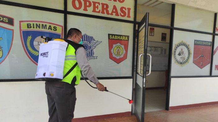Sterilkan Mako dari Covid 19, Anggota Polsek Samalantan Semprotkan Cairan Desinfektan