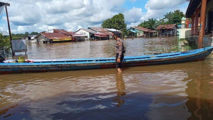 Personel Polsek Belitang Lakukan Patroli dan Cek Sejumlah Lokasi Banjir