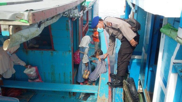 Peduli Anak, Sat Pol Air Polres Bengkayang Sambangi Anak di Atas Kapal