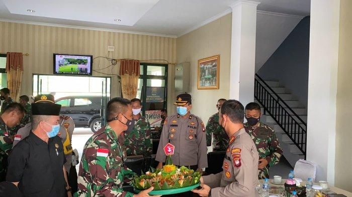 HUT TNI ke-76, Kapolres Bersama Forkopimda Sambas Kunjungi Kodim Sambas