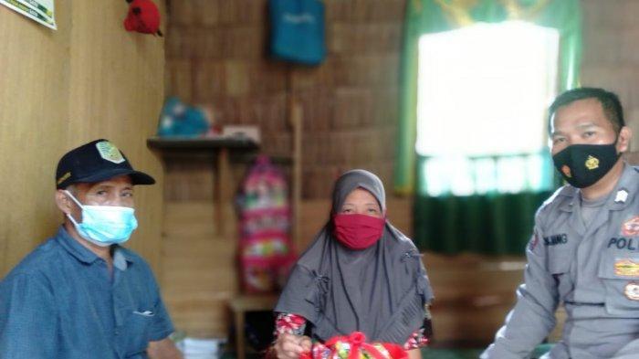 Polres Sambas Peduli, Bhabinkamtibmas Salurkan Bantuan Sosial Kepada Warga