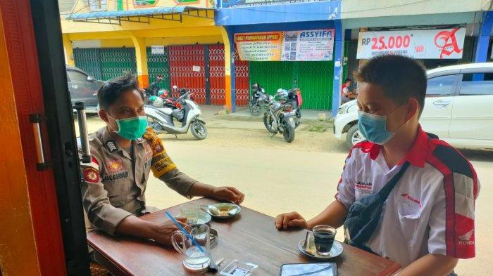 Sambangi Tempat Usaha, Bhabinkamtibmas Ingatkan Protokol Kesehatan pada Pemilik Warkop & Pengunjung
