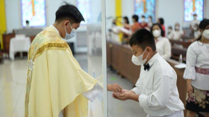 SEBANYAK 60 anak-anak usia sekolah dasar dan menengah pertama menerima komuni pertama di Gereja Katolik Keluarga Kudus, Kota Baru, Pontianak pada Selasa, 30 Maret 2021.