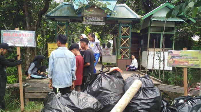 Yayasan Palung Gelar Aksi Bersih-bersih Sampah di Hutan Kota Ketapang