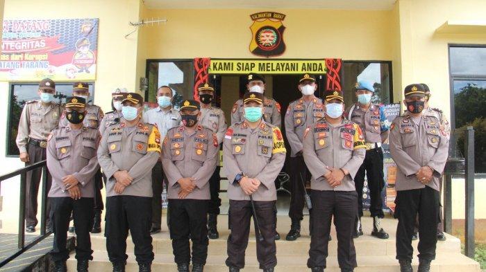 Kapolres Sanggau AKBP Raymond M. Masengi, S. IK, MH be beserta PJU Polres Sanggau foto bersama jajaran Polsek Batang Tarang, Sabtu 8 Mei 2021.