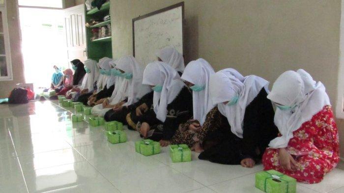 PT PLN (Persero) Unit Pelaksana Pembangkitan Penyaluran Kapuas memberikan santunan kepada 100 anak yatim dan dhuafa, Minggu 25 Oktober 2020.