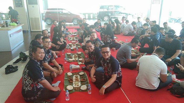 Peringat HUT ke-63, Astra Group Kalbar Gelar Makan Saprahan