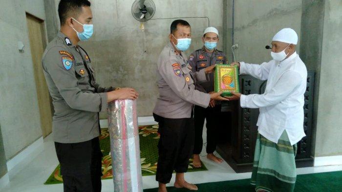 Satbinmas Polres Singkawang Berikan Sarana Kontak di Masjid Al Husna Singkawang Barat