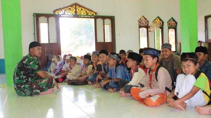 Satgas TMMD Kodim Sanggau Beri Pengetahuan Tentang Agama Pada Anak-Anak