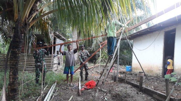 Satgas Pamtas Bantu Warga Perbaiki Rumah di Desa Lubuk Sabuk Sanggau