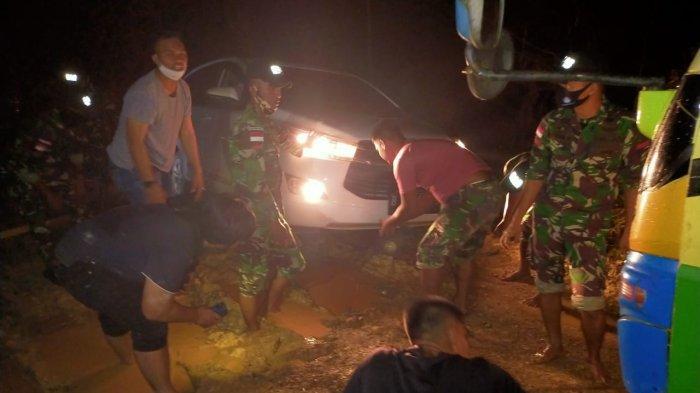 Satgas Yonif 642/Kps Bantu Warga Tarik Mobil yang Amblas Desa Sebunga Sambas