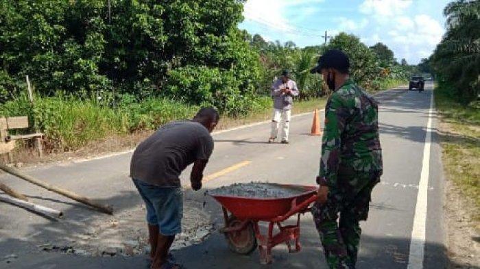 Satgas Yonif 642 Kompak Bersama Warga Perbaiki Jalan Berlubang di Desa Kuala Dua Kembayan Sanggau