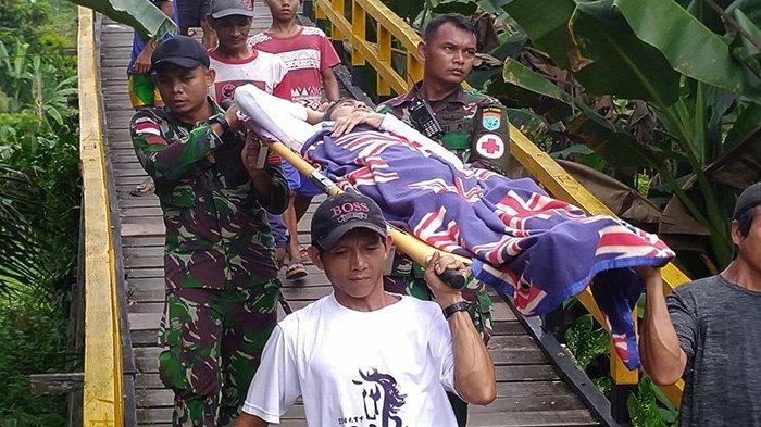 Anggota Satgas Pamtas Yonif Raider 641/Bru Tandu Warga Yang Sakit ke Puskesmas