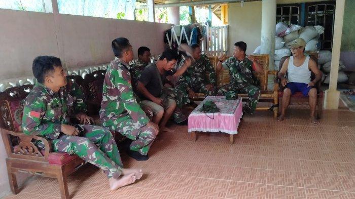 Anggota Satgas TMMD Kodim Sanggau Jalin Silaturahmi Bersama Tokoh Adat Dusun Bukong