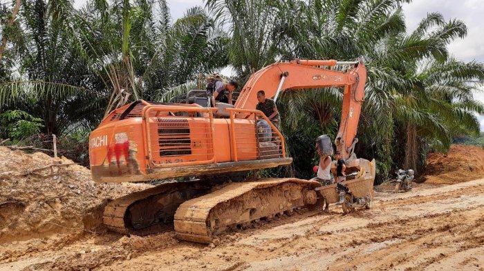 Warga Dusun Sekura Turut Bantu Satgas TMMD Kodim Sanggau
