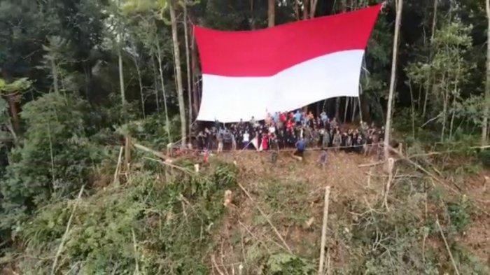 Satgas Yonmek 643 Kibarkan Bendera Merah Putih di Puncak Gunung Entinyuh