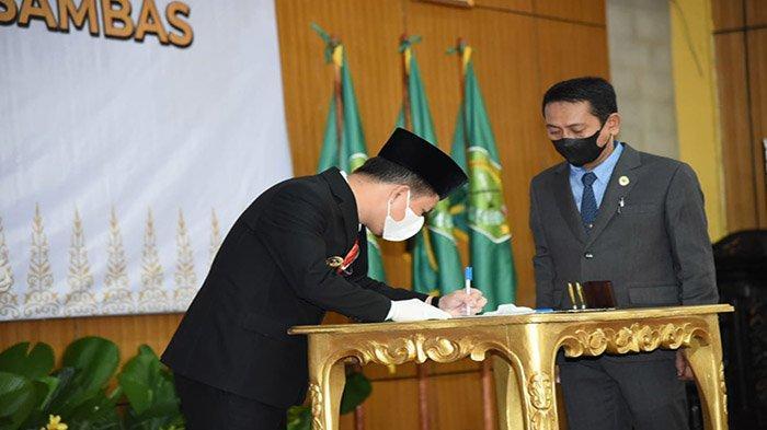 Bupati Sambas H Satono saat menandatangani berita acara serah terima jabatan Bupati dan Wakil Bupati Sambas, Rabu 16 Juni 2021.