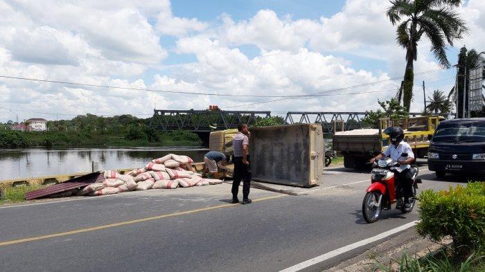 Diduga Sopir Mengantuk, Satu Unit Dump Truk Bermuatan Terguling di Jalan Daeng Manambon Mempawah