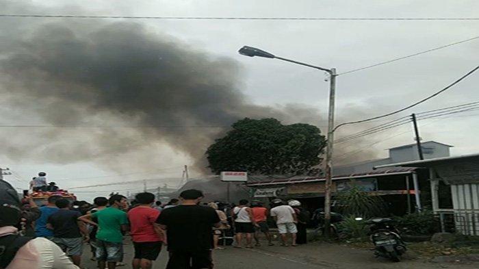 Satu unit rumah di Kecamatan Tebas, Kabupaten Sambas, siang ini baru saja mengalami kebakaran, Selasa 26 Januari 2021.