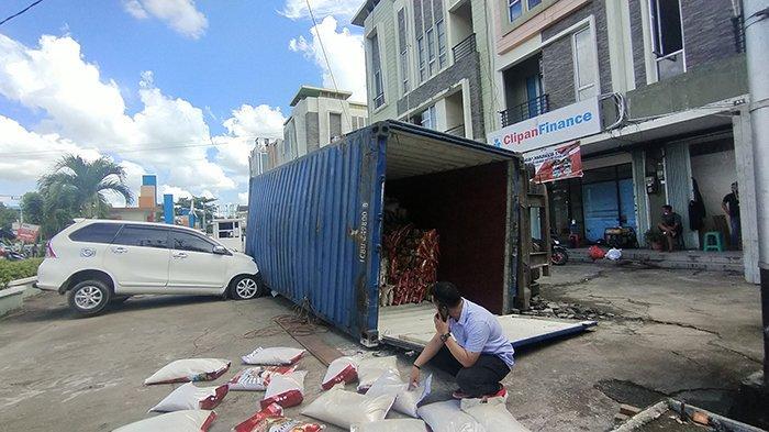 BREAKING NEWS - Kontainer 27 Ton Timpa Satu Unit Avanza di Pontianak, Begini Kondisinya