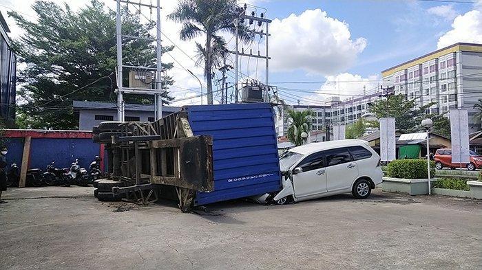 Satu unit Toyota Avanza yang ringsek tertimpa Konteiner di komplek pertokoan jalan Perdana Kota Pontianak, Selasa 6 Juli 2021.