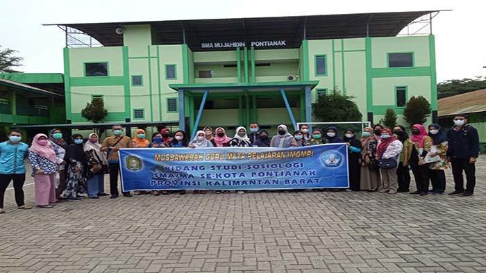Dosen Pendidikan Sosiologi Untan Berbagi Kiat Menulis Hasil PTK pada Guru di SMA Mujahidin Pontianak