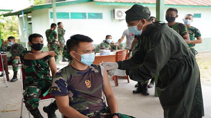Ratusan Anggota Korem 121/Abw dan Persit KCK Koorcab Rem Disuntik Vaksin Covid-19