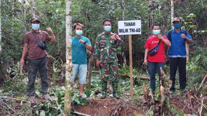 Bersama Masyarakat, Babinsa Ngabang Cek Patok Tanah Milik TNI-AD