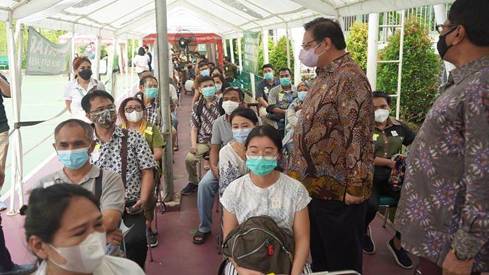 Kunjungi Sentra Vaksinasi Serviam, Airlangga Kembali Ingatkan Masyarakat Patuhi Protokol Kesehatan