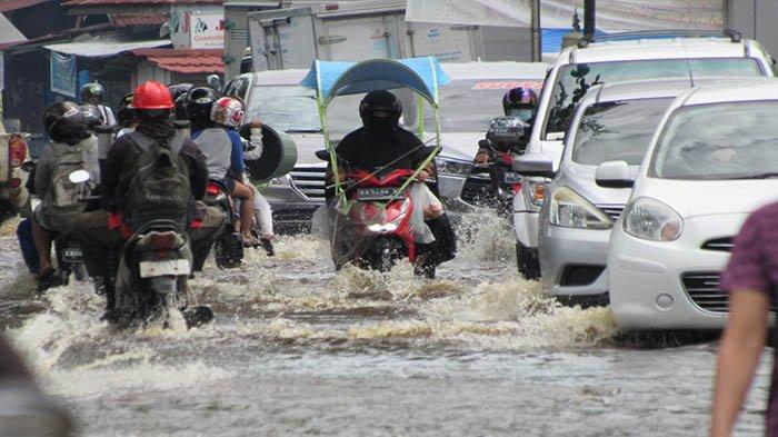 Akibat Hujan Deras Berdurasi Lama, Warga Sebut Banjir Setinggi Lutut di Jalan Purnama Pontianak