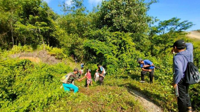 Karya Bhakti Satgas Pamtas Yonif Mekanis 643/Wns Bersama Warga Dusun Entabang Buka Jalan Air Terjun