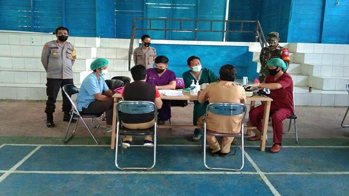 Babinsa Saripoi monitoring Kegiatan Vaksinasi Covid-19
