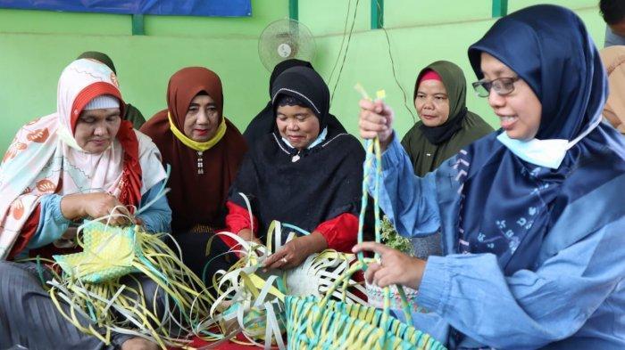 Komunitas Perajin Sulam Tali dan Anyaman Pandan Ketapang Dibekali Kemampuan Branding Produk