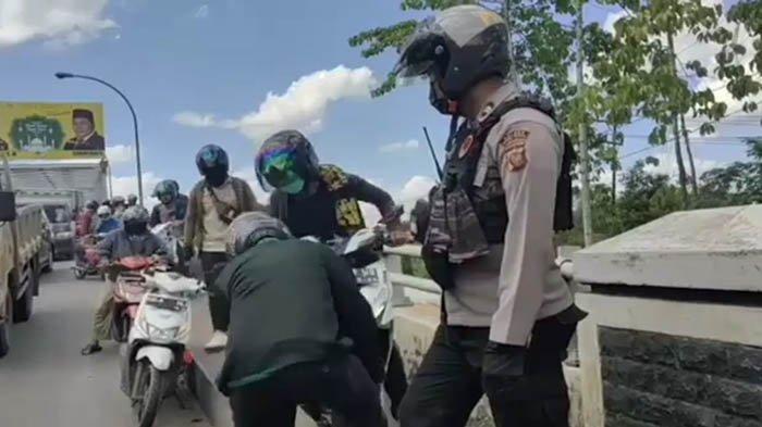 Satlantas Polres Kubu Raya Bakal Tindak Tegas Pengendara Motor Naiki Trotoar Jembatan Kapuas II
