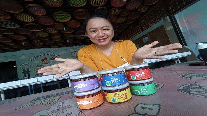 Owner Ayam Pak Usu, Yenna Wiguna saat menunjukan berbagai produk olahan sambal packaging miliknya