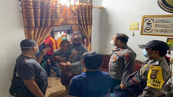 Ferel, seorang anak berusia 4 tahun berhasil diselamatkan. Sementara Amispon, 61 masih dalam pencarian. Hingga saat ini, warga dan sejumlah anggota Polsek Kota Baru, jajaran Polres Melawi, masih melakukan pencarian.