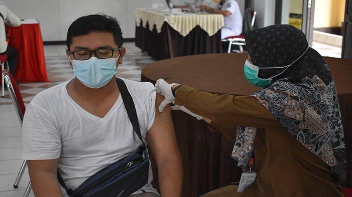Sejumlah Personel dan Purnawirawan Jajaran Polres Kubu Raya Ikuti Vaksinasi Massal