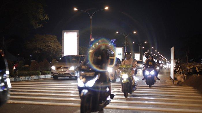 BERITA FOTO - Pita Penggaduh di Jalan A Yani Pontianak Bertambah dan Cukup Tinggi - sebanyak-tiga-unit-pita-penggaduh-yang-masing-masing-terdiri-dari-delapan-gundukan-1.jpg