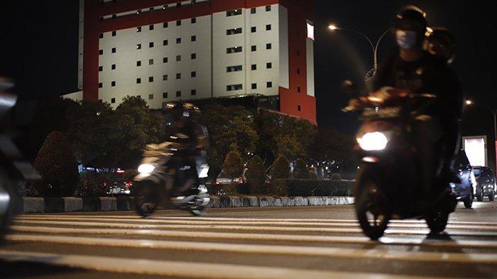 BERITA FOTO - Pita Penggaduh di Jalan A Yani Pontianak Bertambah dan Cukup Tinggi - sebanyak-tiga-unit-pita-penggaduh-yang-masing-masing-terdiri-dari-delapan-gundukan-2.jpg