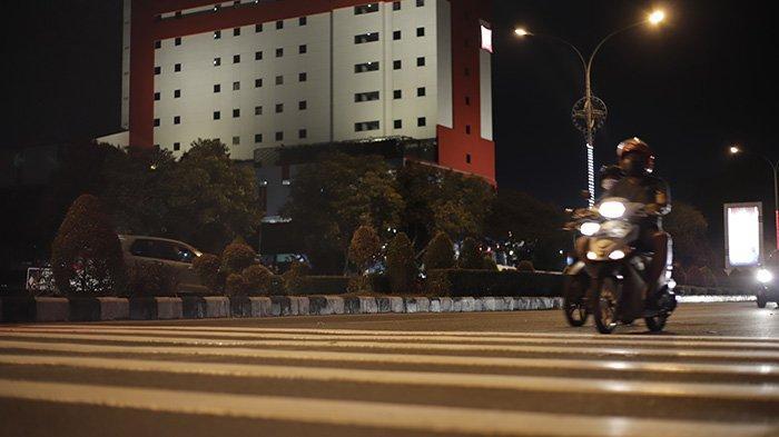 BERITA FOTO - Pita Penggaduh di Jalan A Yani Pontianak Bertambah dan Cukup Tinggi - sebanyak-tiga-unit-pita-penggaduh-yang-masing-masing-terdiri-dari-delapan-gundukan-3.jpg