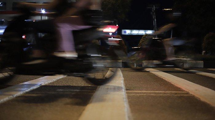 Sebanyak tiga unit pita penggaduh yang masing-masing terdiri dari delapan gundukan cukup tinggi dipasang di Jalan Ahmad Yani, Pontianak, Kalimantan Barat, Minggu 21 Februari 2021. Menurut Peraturan Menteri Perhubungan Nomor 82 Tahun 2018 tentang Alat Pengendali dan Pengaman Pengguna Jalan, pasal 51 menyebutkan pita penggaduh ditempatkan dan dipasang sebelum perlintasan sebidang kereta api, sekolah, pintu tol, atau tempat-tempat berbahaya.