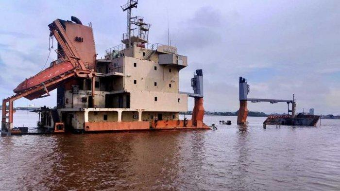 Kapal Kargo Karam di Sungai Kapuas Pontianak