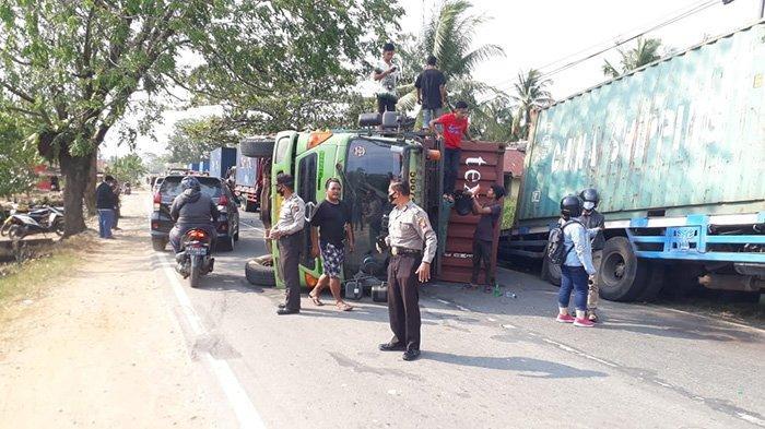 Sebuah tronton terlihat terguling di Jalan Raya Nusapati, Kecamatan Sungai Pinyuh, Senin 1 Maret 2021.
