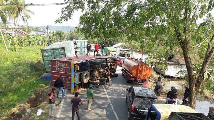 BREAKING NEWS - Tronton Terguling di Jalan Raya Nusapati, Antrean Kendaraan Mengular